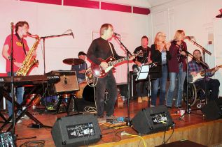 SHS student Jack Revell along with Dad Tom, mom Janet and aunt Kim McDougall joined with guitarist Keith McMillan, bassist Vinnie Gillespi and drummer Chris Colman to kick off the night at the Sydenham High School football fundraiser rocked the Sydenham Legion Saturday night. Photo/Craig Bakay